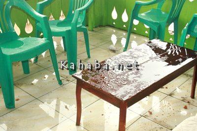 Atap panggung bocor dimana-mana, meja panitia pacuan kuda dipenuhi air hujan. Foto: Deno
