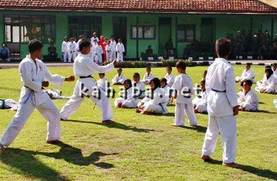 Atraksi karate cilik saat  HUT TNI di Bima. Foto: Ady