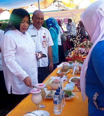 Bupati Bima didampingi Kepala BKP saat menilai menu. Foto: Hum