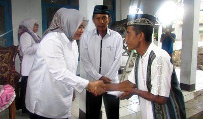 Bupati Bima saat menyerahkan bantuan Masjid Mutaqim Desa Tolotangga. Foto: Hum