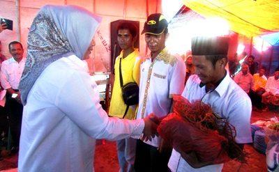 Bupati Bima saat menyerahkan bantuan di Kecamatan Langgudu. Foto: Hum