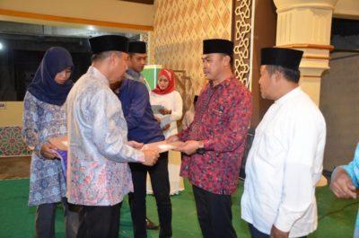 Camat Asakota Is Fahmin menerima penghargaan juara umum MTQ ke-XI dari Wakil Walikota Bima. Foto: Hum