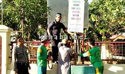 DPD Wahdah Islamiyah (WI) Kabupaten Bima saat siar syariat Islam dengan memasang spanduk dan baliho. Foto: Noval