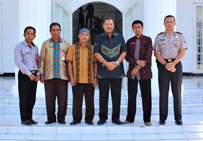Dua orang guru (Dua dan empat dari kanan) pose bersama Walikota Bima. Foto: Hum