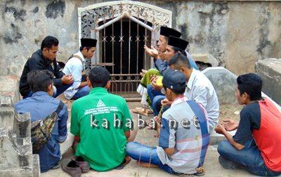 FKGMNU Bima saat ziarah makam ulama dan sultan. Foto: Ady