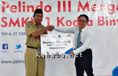 General Manager PT. Pelindo III Kadek Patria Saat menyerahkan bantuan pembangunan kepada kepala SMKN 1 Kota Bima H. Muhtar. Foto: Eric