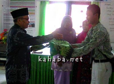 H. Abdul Gafar saat menerima cinderamata dari siswa. Foto: Eric