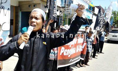 HTI Bima saat menggelar aksi pernyataan konroversi Ahok. Foto: Ady
