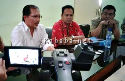 Humas RSUD Bima, Dokter H Sucipto (Kiri) saat memberikan keterangan pers. Foto Ady. Foto: Ady