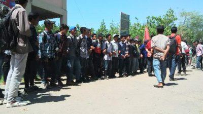 Mahasiswa STKIP Tamsis saat aksi di depan kampus. Foto: Ady