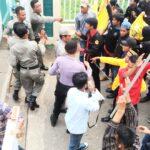 Massa Pecahkan Lampu Kantor Pemkot Bima, Demo Mahasiswa Ricuh