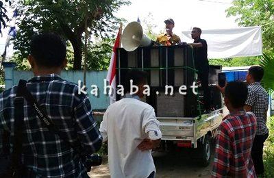 Kabid Amdal dan Pelestarian Lingkungan BLH Kota Bima Haris Dinata saat memberikan jawaban soal Tower di Mande. Foto: Bin