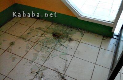 Kaca sekolah pecah akibat perkelahian dua warga dan pegawai MTsN Raba. Foto: Deno