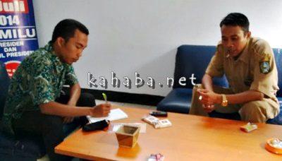Kasi Badan Kesbangpolinmas Kabupaten Bima, Zainuddin (Kanan) saat menerima Ormas yang datang melapor. Foto: Ady