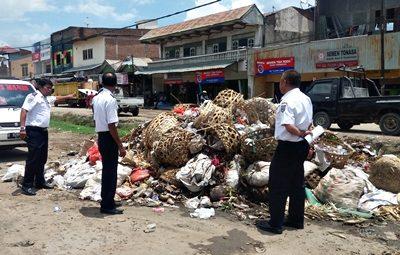 Kepala Dishubkominfo Kabupaten Bima Zunaiddin (Kanan) saat meninjau kondisi sampah di Terminal Tente. Foto: Dok Dishubkominfo