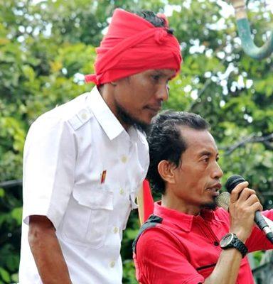 Ketua GNP Arif Kurniawan (Kanan) saat menyampaikan orasi persoalan sengketa lahan di Desa Oi Katupa. Foto: Ayani Prawira Yudha (Facebook)