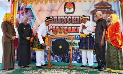 Ketua KPU RI memukul gong, sebagai tanda diresmikannya Rumah Pintar Pemilu Sancaka Kabupaten Bima. Foto: Hum