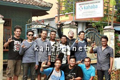 La Hila Band dan kru berpose dengan kru Kahaba.net. Foto: Ady