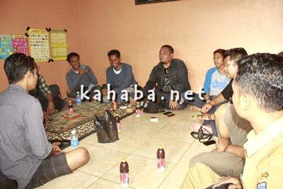 La Hila Band dan kru saat nongkrong di Kantor Redaksi Kahaba.net. Foto: Bin