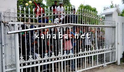 Massa saat merangsek masuk di kantor DPRD Kabupaten Bima. Foto: Bin