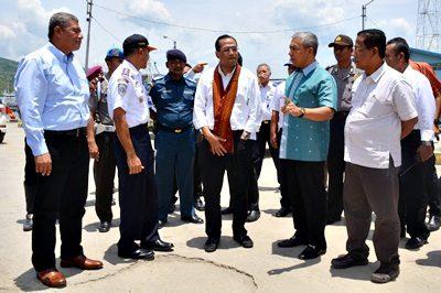 Menhub saat berbincang dengan Wakil Walikota Bima, Bupati Dompu dan Sekda Kabupaten Bima di Pelabuhan Bima. Foto: Hum