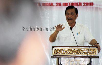 Menko Maritim Luhut Binsar Pandjaitan memberikan arahan di Convention Hall Paruga Nae Kota Bima. Foto: Bin