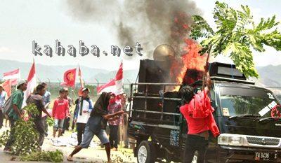 Mobil aksi GNP dan Warga Desa Oi Katupa terbakar. Foto: Deno