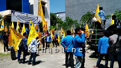 PMII saat mengelar aksi didepan kantor KPPT Kota Bima. Foto: Bin