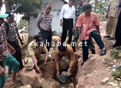 Peletakan batu pertama pekerjaan proyek dari dana desa di Desa Riamau. Foto: Firman