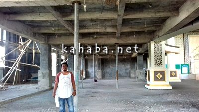 Penanggungjawab tekhnis pembangunan Masjid Al Muwahidin Kota Bima Dedy Mawardi dilokasi Masjid. Foto: Eric