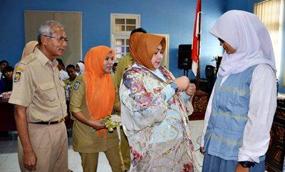 Penyematan Pin oleh Ketua Dekranasda Kota Bima Hj. Yani Marlina kepada peserta pemilihan duta wisata. Foto: Hum