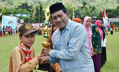 Penyerahan hadiah saat puncak perayaan Hari Cuci Tangan Pakai Sabun (HCTPS) se-Dunia ke-9 Tingkat Kabupaten Bima. Foto: Hum