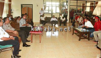 Pertemuan GNP dan warga Oi Katupa dengan Pemerintah Kabupaten Bima. Foto: Deno
