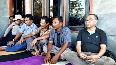 Perwakilan Pemerintah Kabupaten Bima bersama warga Oi Katupa. Foto: Zakkir Baim Sulaiman (Facebook)