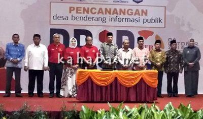 Pose bersama Gubernur NTB dan kepala daerah pada acara transparansi informasi publik. Foto: Hum