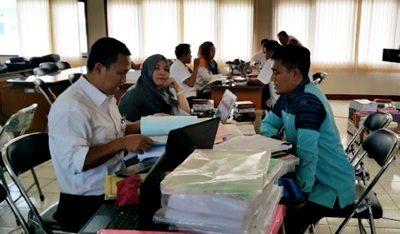 Staf Bagian APU Setda Kota Bima (Kanan) saat menyerahkan dokumen LPPD Kota Bima. Foto: Dok. Bagian APU Setda Kota Bima