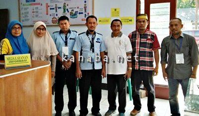 Tim Penilai PPID pose bersama pegawai Dinas PU usai mendatangi kantor setempat. Foto: Dok. Dinas Hubkominfo Kab. Bima