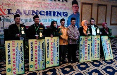 Ustad Musthafa Umar, dua dari kanan saat menerima penghargaan di Jakarta. Foto: Istimewa