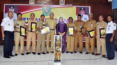 Wabup Bima foto bersama para juara PPID. Foto: Hum