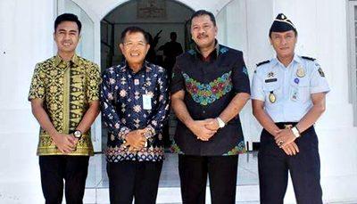 Walikota Bima pose bersama Kepala Divisi Keimigrasian Kementerian Hukum dan HAM Kantor Wilayah NTB M. Natsir. Foto: Hum