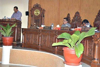 Walikota Bima saat menyampaikan penjelasan atas Raperda APBD 2017. Foto: Hum