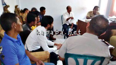 Warga Kumbe saat difasilitasi pertemuan dengan jajaran Camat Rasanae Timur. Foto: Bin