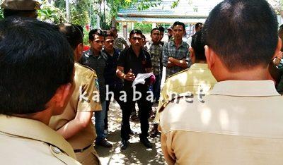 Warga Mande saat aksi protes pembangunan tower di Kantor Dinas Tata Kota dan Perumahan. Foto: Bin