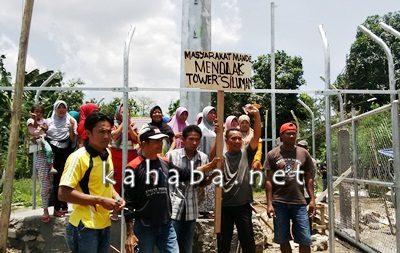 Warga Mande saat menggelar aksi dilokasi pembangunan Tower. Foto: Bin