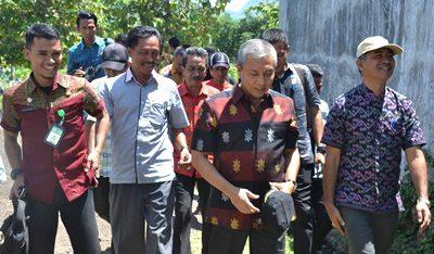 Wawali Bima saat turun meninjau lokasi rencana pembangunan TPS di Tolobali. Foto: Hum