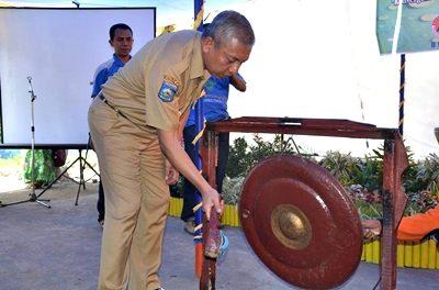 Wawali memukul gong ditandainya peresmian program membangun tangguh bencana dan Bank Sampah Sarae Maraso. Foto: Hum