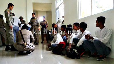 12 Pelajar saat diinterogasi di Kantor Sat Pol PP. Foto Bin