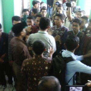 Desak Ketua IAI Muhammadiyah Bima Mundur, Mahasiswa Pecahkan Kaca Kampus