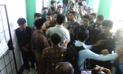 Mahasiswa IAI Muhammadiyah Bima saat demo kampus. Foto: Deno