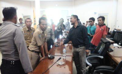 Warga Dara bersitegang dengan Pegawai DPRD Kota Bima. Foto: Deno